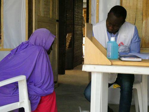 Un médico de Médicos sin fronteras en el campamento de refugiados de Maiduguri