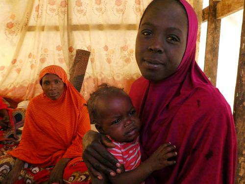Niña con su hijo en un campo de refugiados en Maiduguri