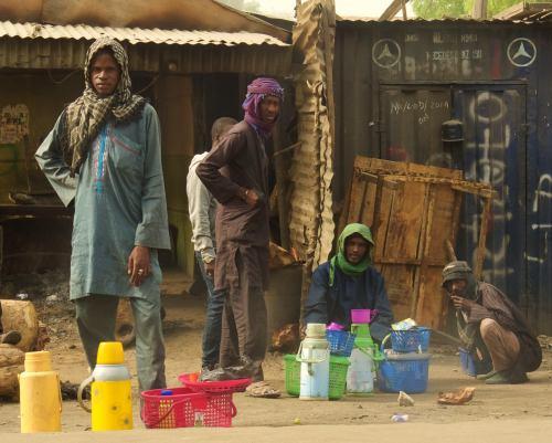 Varios hombres en una calle de Maiduguri
