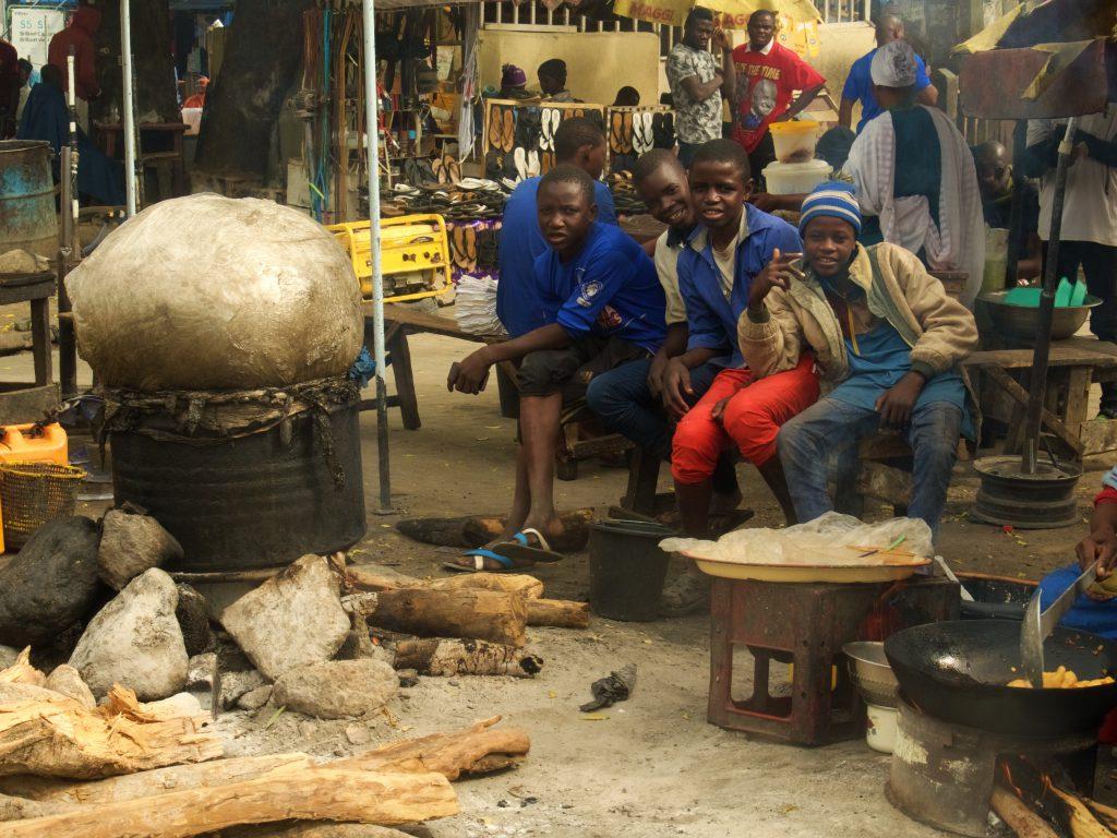 Chicos en una calle de Maiduguri