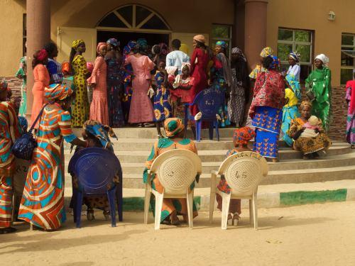 La gente se agolpa a la puerta de la iglesia en Maiduguri