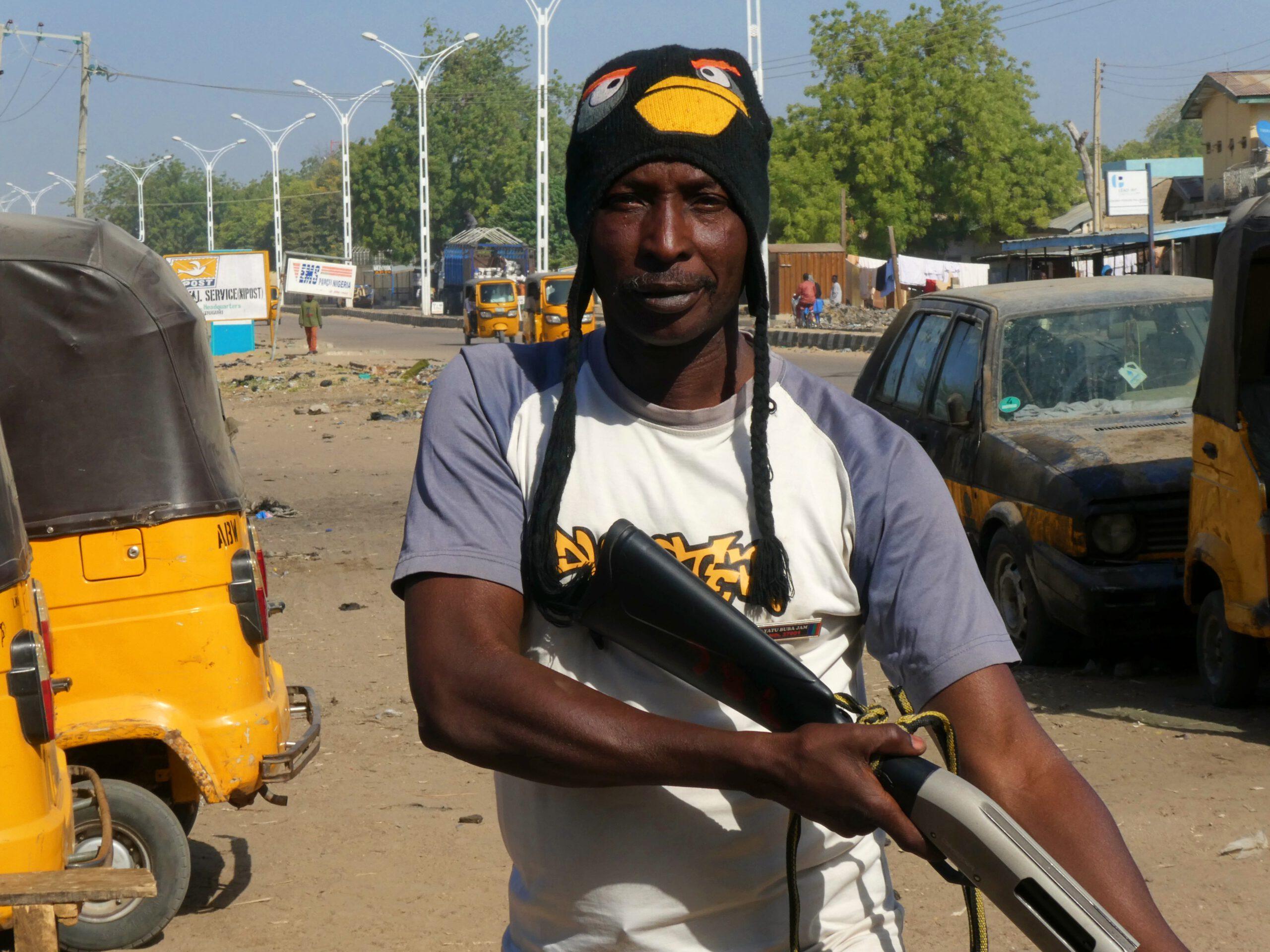 Un civilian mostrando su poderio en Maiduguri