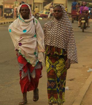 Dos mujeres pasean por Ibadan en Nigeria