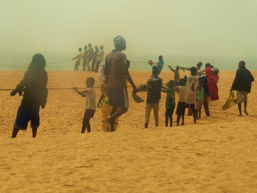 Pescadores en la playa de la Casa del Papa en Oudja (Benin)