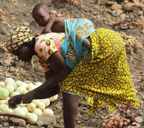 Una mujer taneka con su bebe en Djoudu en la Republica de Benin