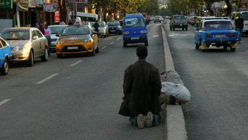 Un hombre en una calle de Adis Abeba