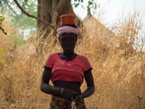 Una chica de un poblado taneka en la República de Benin