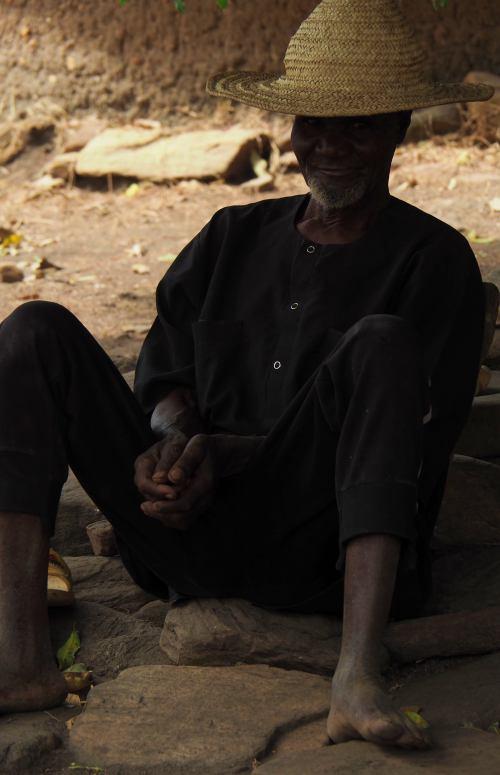 Un hombre en un poblado taneka en la República de Benin