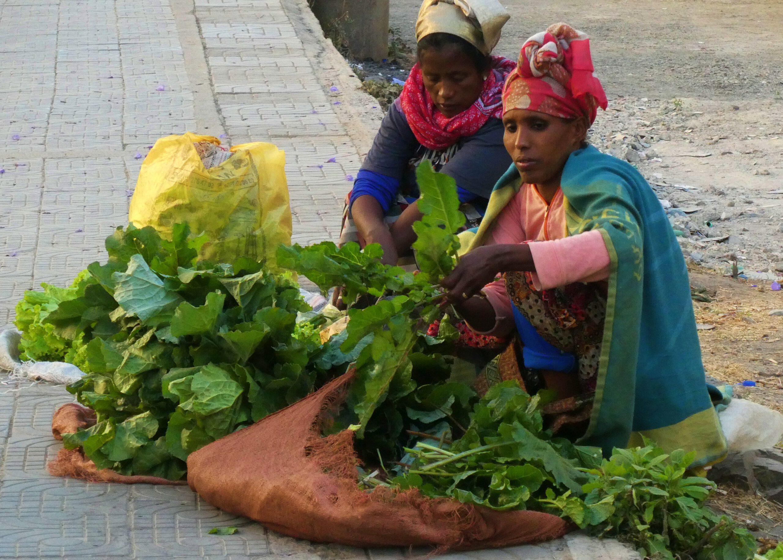 Un puesto de verduras en una calle de Adis Abeba