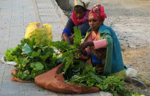 Dos mujeres vendiendo verdura en Adis Abeba