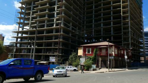 Una casa entre los nuevos edificios de Adis Abeba