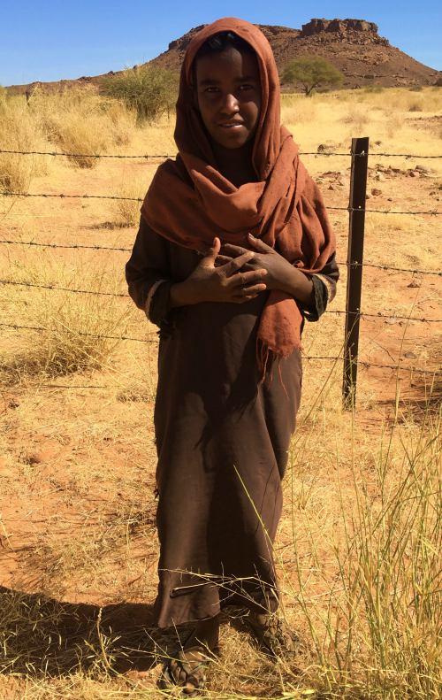 Una niña nos observa en los templos de Naga (Sudán)