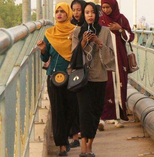 Varias mujeres cruzando un puente del Nilo en Khartoum (Jartum)