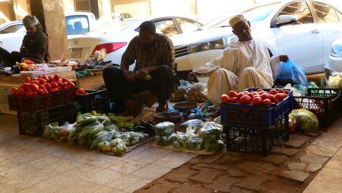 Dos vendedores en un soportal de Khartoum (Jartum) en Sudán