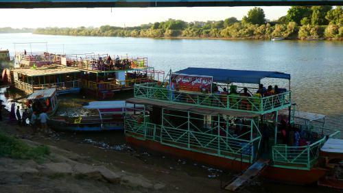 Gente en terrazas junto al Nilo en Khartoum (Jartum)