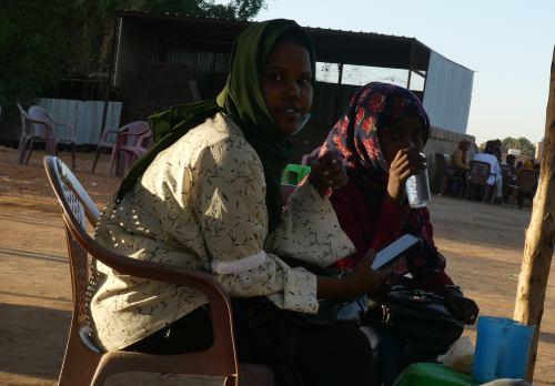 Dos chicas tomando un café junto al Nilo en Khartoum (Jartum)