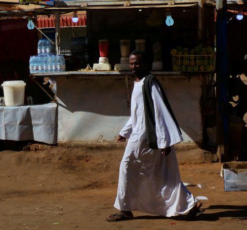 Un hombre cruzando una calle en Khartoum (Jartum)