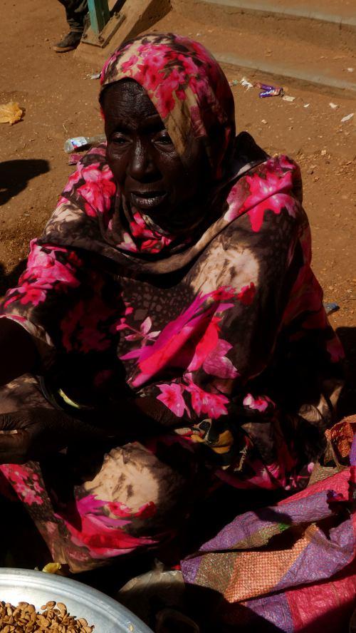 Una mujer con un tenderete de bebidas en Khartoum (Jartum)