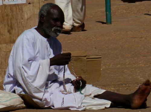 Un hombre rezando a la puerta de la Gran Mezquita en Khartoum (Jartum) Sudán
